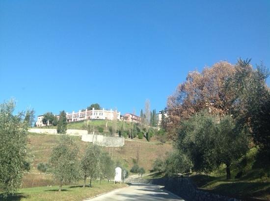 Renaissance Tuscany Il Ciocco Resort & Spa: dalla strada