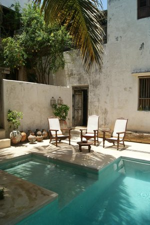 Lamu House Hotel: Hotel pool decoration