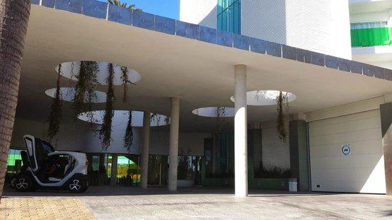 DoubleTree by Hilton Hotel Resort & Spa Reserva del Higueron: Front of Hotel