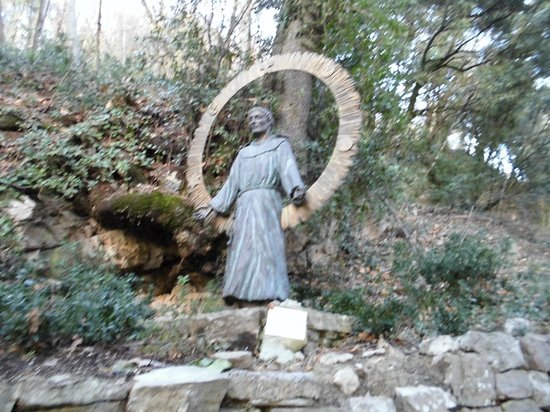 Eremo della Carceri: Statua S.Francesco posta all'ingresso