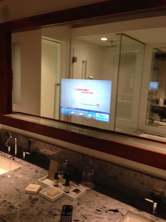 Fairmont Pacific Rim: spacious bathroom