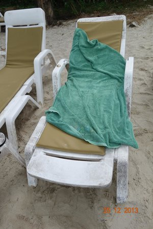 Kirati Beach Resort: Old sunbed and towel