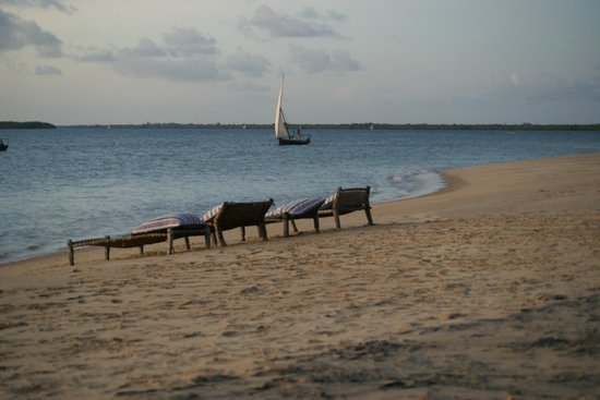 Lamu House Beach Club : Watching the ships sail