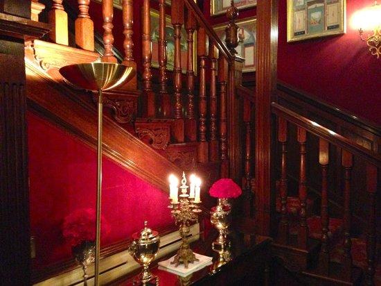 The Milestone Hotel: Treppenhaus am Abend romantisch beleuchtet