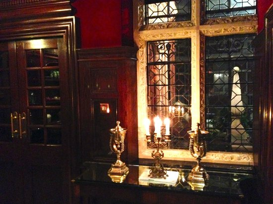 The Milestone Hotel: Der Weg von der Lobby zum Hotelrestaurant am Abend