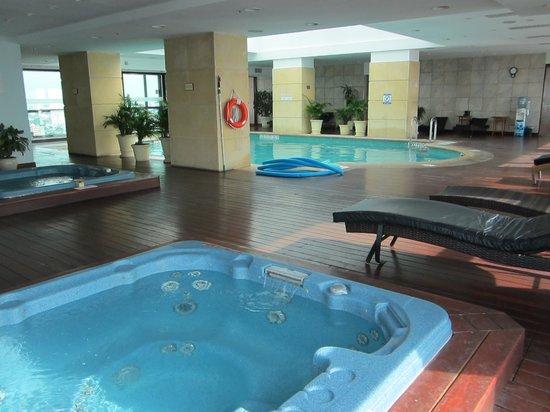 Sheraton Montevideo Hotel : Piscina en piso 26 con vista panorámica