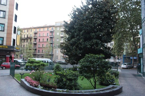 Hotel Raffaello: The small garden in front of the main entrance, the main road in the background