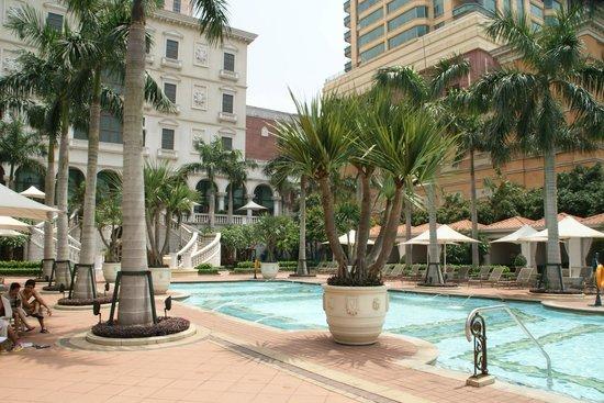 The Venetian Macao Resort Hotel: зона бассейнов