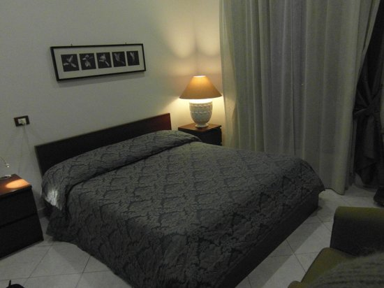La Residenza Napoli Short Lets Apartments: Camera