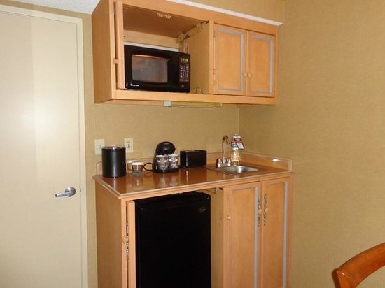 Embassy Suites by Hilton Lompoc Central Coast: fridge and microwave