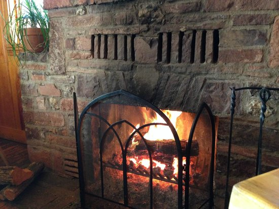 Tina's Cafe: Warm fireplace in dinning area