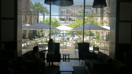 Holiday Inn Express Iquique: Vista desde el acceso a la piscina.