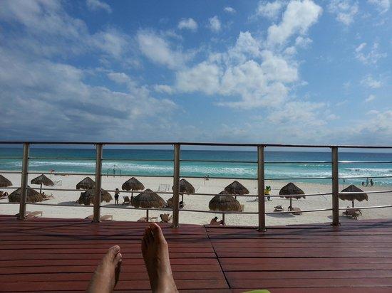 Sunset Royal Cancun Resort: Vista de la playa desde la piscina