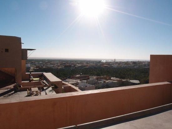 Dar Hi : vue de la terrasse d'un pilotis sur l'oasis de Nefta