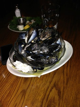 The Knot Pub: small order of steam mussels
