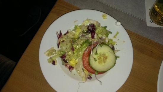 Dorf-Alm: Ekel-Salat mit Plastikspitze vom Dressing