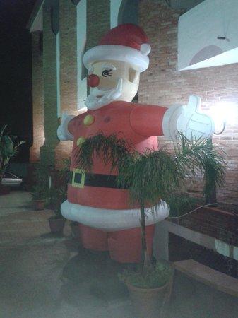Saracen Resort Beach & Congress Hotel : Babbo Natale gonfiabile