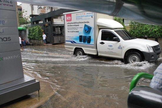 Radisson Suites Bangkok Sukhumvit : Flooded entrance