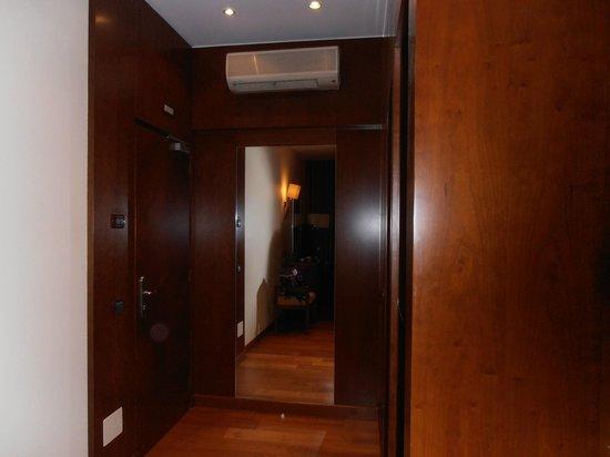 Canada Hotel: Entrada de la habitación