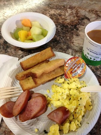 Hampton Inn & Suites by Hilton - Miami Brickell Downtown: Scrambled eggs and french toast sticks