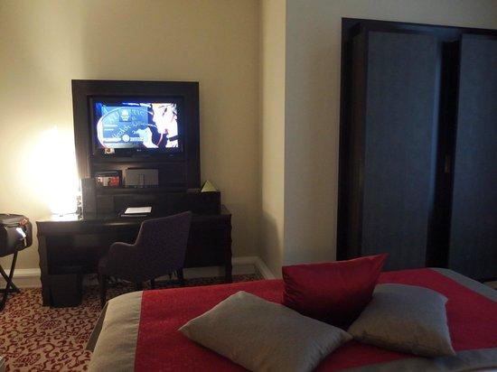 hotel atlantic kempinski hamburg blick vom bett auf den fernseher schrank