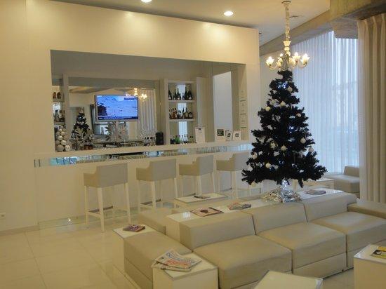 Comfort Hotel Centre Del Mon : bar et salon de l'hotel