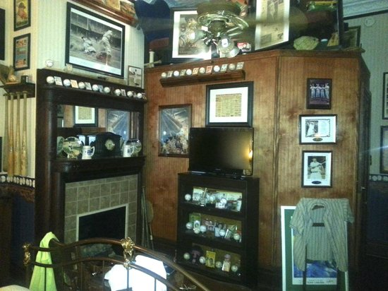 McFarlin House : Gentleman's Quarters room with baseball memorabilia