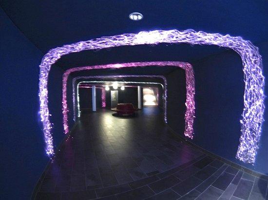 AQUA DOME Hotel: Unterirdischer Weg zur Therme