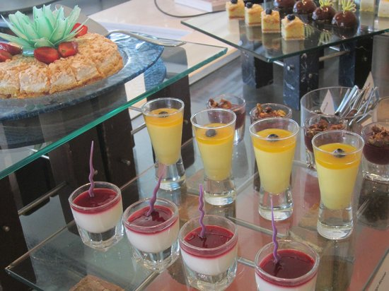 Shangri-La's Mactan Resort & Spa: dessert at lunch buffet