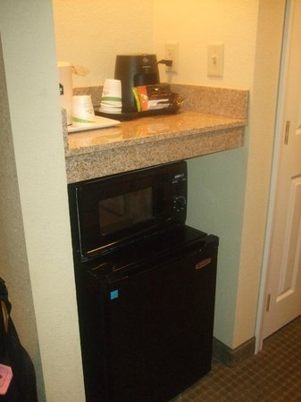 Wingate By Wyndham Champaign: microwave/frig/tea & coffee station