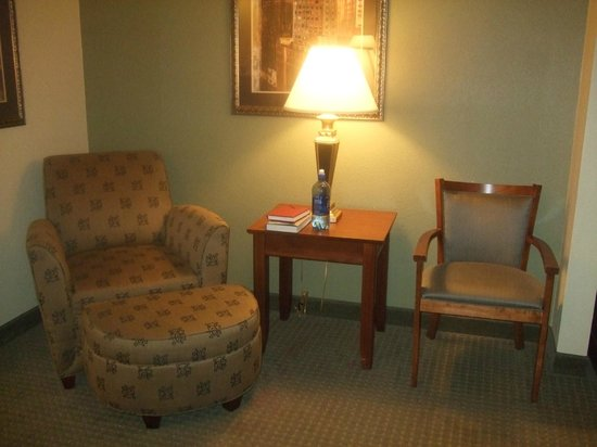 Wingate By Wyndham Champaign: seating area