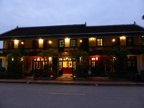 Villa Senesouk: Hotel at night