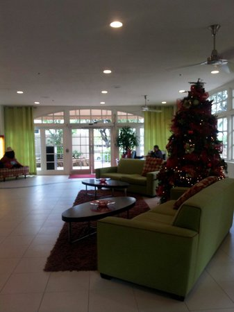 Coconut Waikiki Hotel: Welcoming lobby