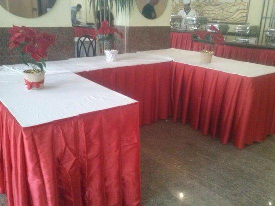 Triton Empire Hotel: Przygotowania do Wigilii , pięknie ustrojone stoły