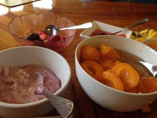 Ambleside Bed & Breakfast : At the beginning the bowls are bursting with fruit and berries (this was end of breakfast time)