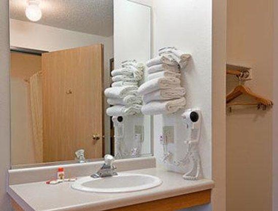Super 8 Phillips: Bathroom