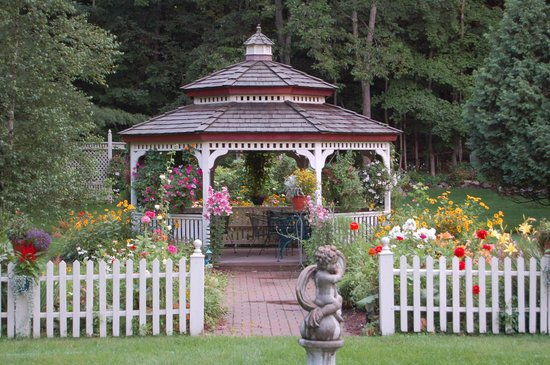 Arlington Inn: Gazebo in our Gardens