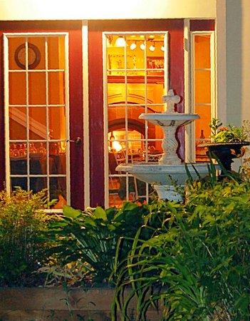 Arlington Inn: Side patio