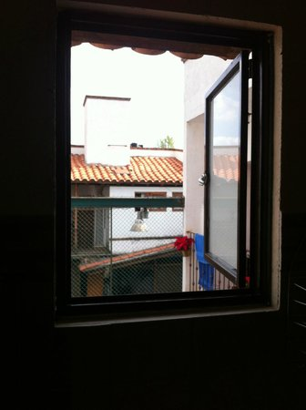 Posada Ali: Que tal la maravillosa vista desde el baño! tu vecino!!! pésimo!