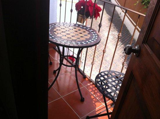 Posada Ali : Su terraza. Para ellos....terraza con acceso directo al Hotel....osea cómo me aviento??