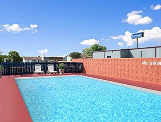 Royal Inn & Suites: Pool