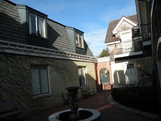 Pelham Court Hotel: Desde el patio. Las dos últimas ventanas son las de la sala y el dormitorio de la número 7