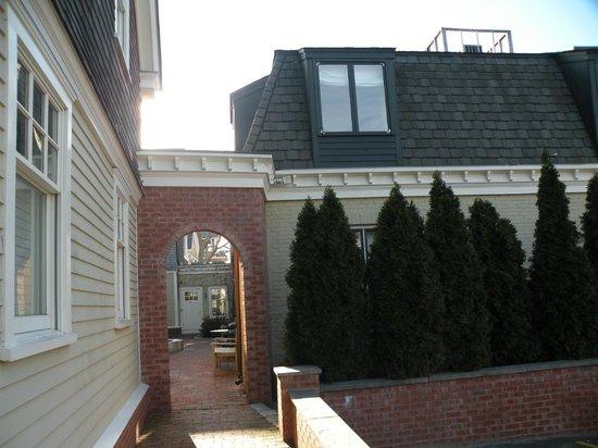 Pelham Court Hotel: acceso al patio y la otra ventana de mi habitación