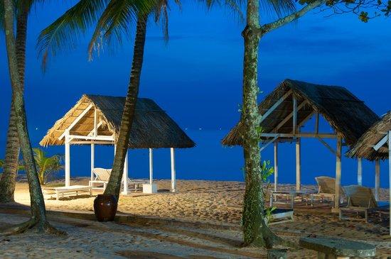 Tropicana Resort Phu Quoc: На пляже такие зонтики от солнца