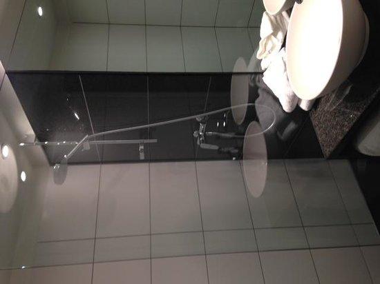 Motel One Edinburgh-Royal: samll but cool bathroom