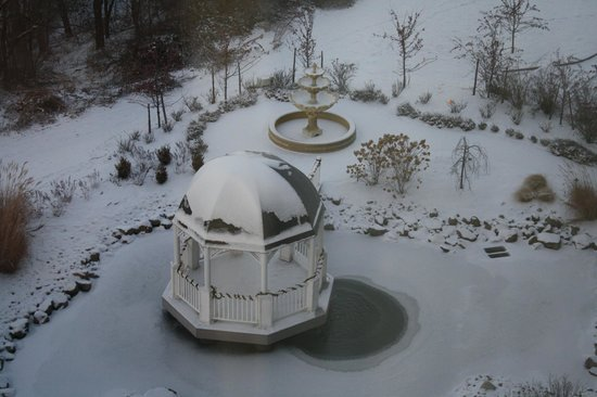 Woodcliff Hotel and Spa: Gazebo behind the hotel