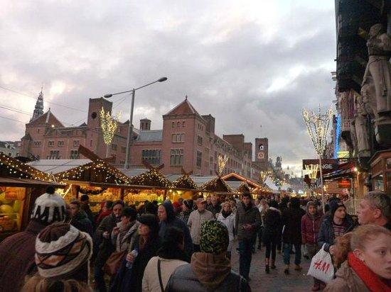 Delta Hotel Amsterdam City Centre: calle del hotel en Navidad