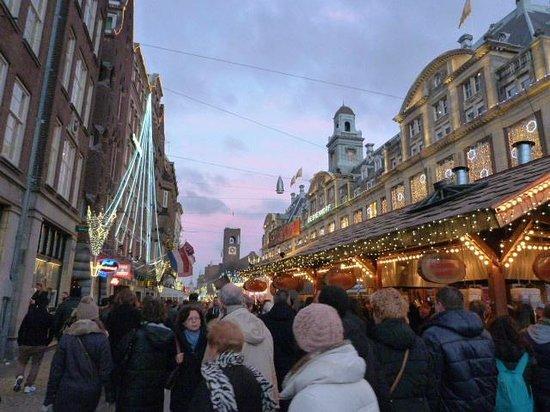 Delta Hotel Amsterdam City Centre: avenida del hotel en navidad