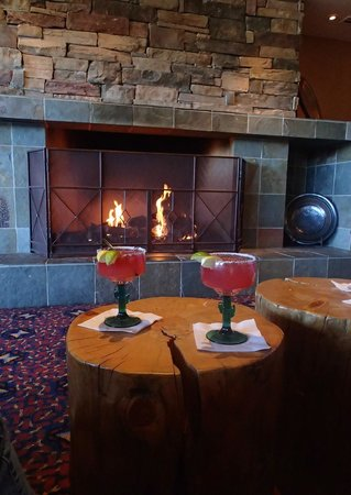 Inn of the Mountain Gods Resort & Casino : Warm Invitation to a Cocktail in the Lounge