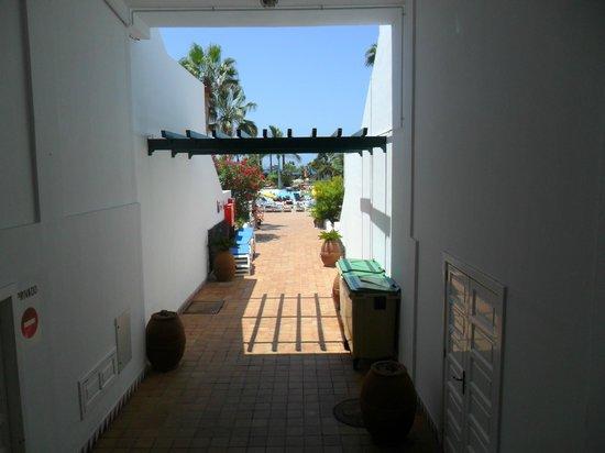 Parque Santiago Villas: On the way to the pool area